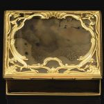 A gold-mounted hardstone snuff box