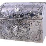 An Edwardian silver box by William Comyns & Sons, London 1904,